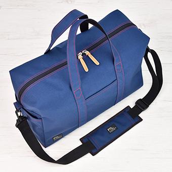 旅行バッグに