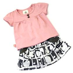 スイートTシャツとガーリッシュスカートとのコーディネイト例